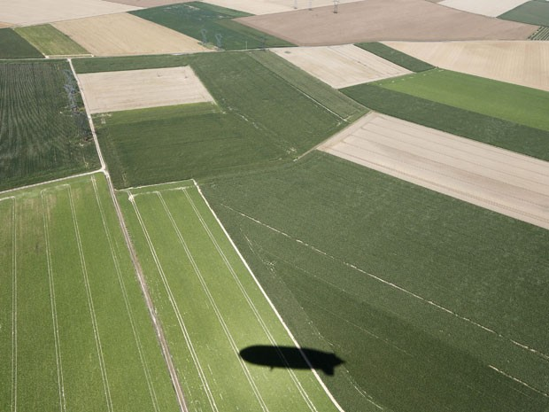Sombra do zeppelin é vista sobre os campos da área rural de Paris (Foto: John Schults/Reuters)