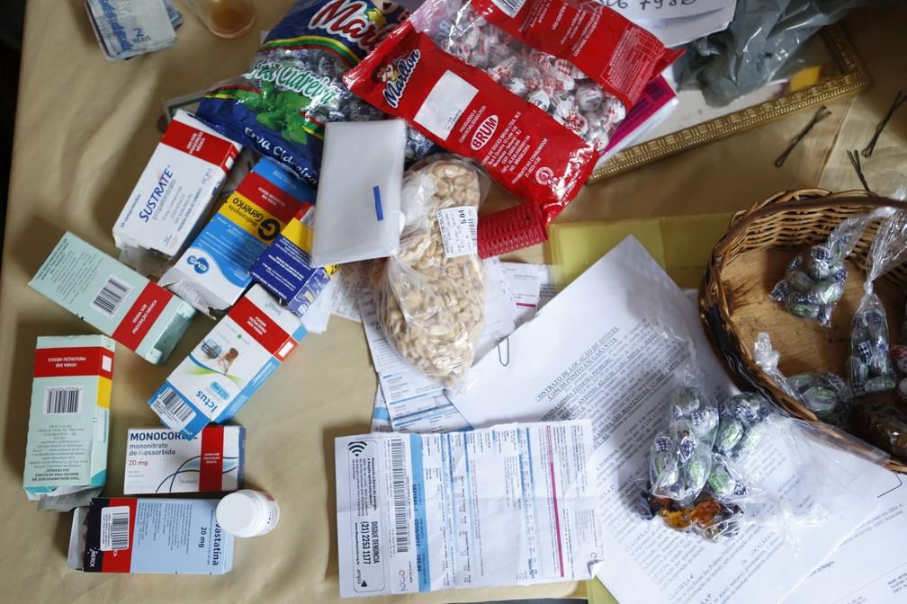 Mesa de aposentada reúne remédios, contas atrasadas e balas para vender (Foto: Marcos Serra Lima/ G1)