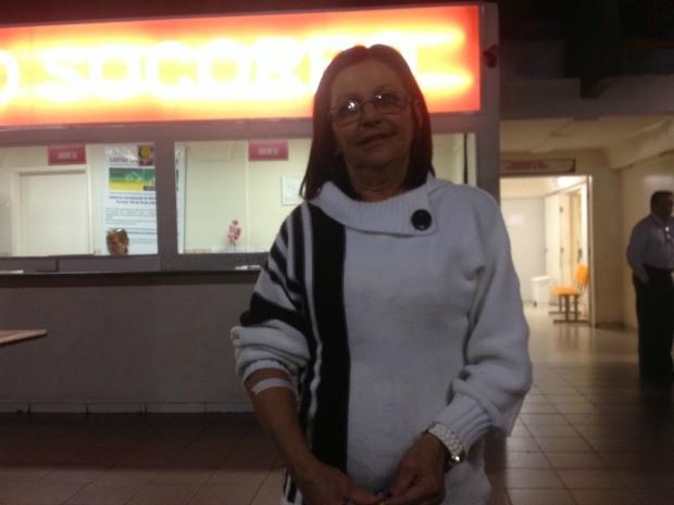 Maria Eunice recebeu alta da Santa Casa por volta das 21h. (Foto: Nadyenka Castro)