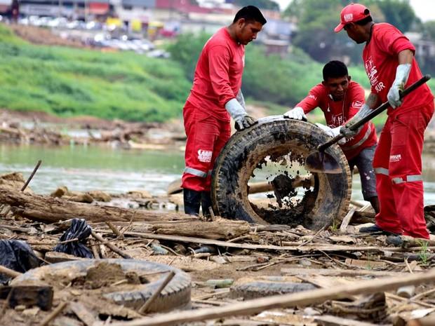Prefeitura faz ação para retirar lixo do Rio Acre na zona central de Rio Branco (Foto: Assis Lima/Ascom Prefeitura de Rio Branco)
