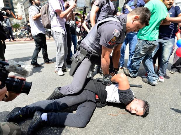 Policiais intervêm durante confusão entre apoiadores e críticos à candidatura de Donald Trump, na Avenida Paulista (Foto: Cris Faga/Fox Press Foto/Estadão Conteúdo)