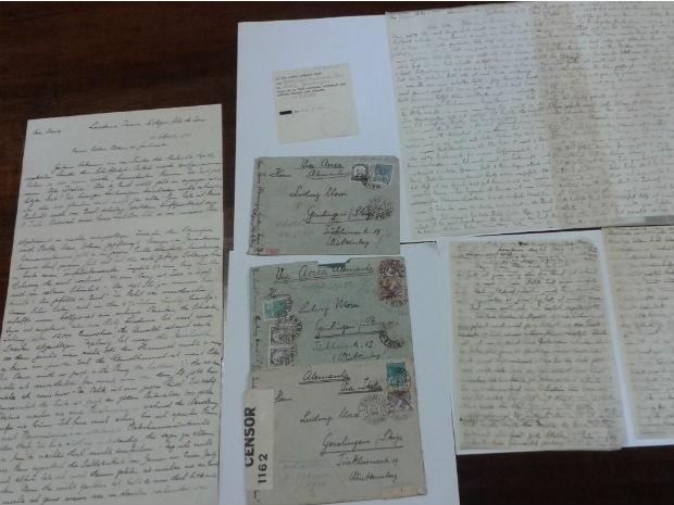 Três cartas enviadas de Londrina, no norte do Paraná, para a Alemanha, entre 1939 e 1941, foram censuradas (Foto: Rodrigo Saviani/G1)