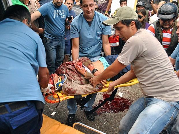 Estudante de 14 anos Kluiver Roa é carregado após morrer em um protesto em San Cristobal, na Venezuela (Foto: Reuters)