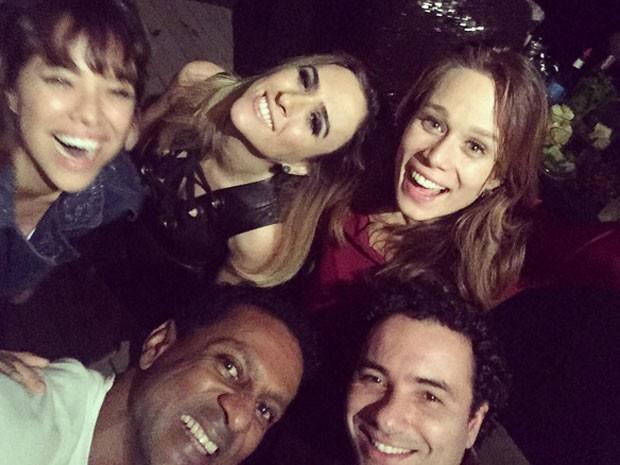 Miá Mello, Tatá Werneck, Mariana Ximenes, Luís Miranda e Marco Luque em festa (Foto: Instagram/ Reprodução)