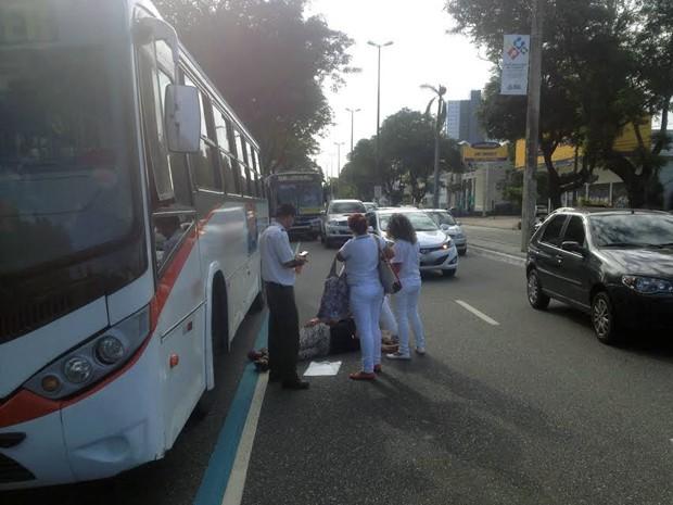 Uma mulher ficou ferida após ter sido atropelada por um ônibus na avenida Epitácio Pessoa (Foto: Walter Paparazzo/G1)