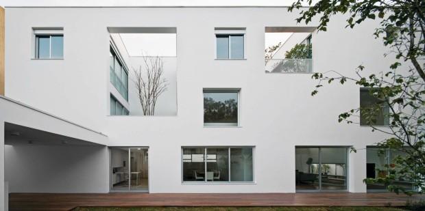"""Recortes. Na Casa dos Pátios, do AR Arquitetos, as janelas direcionadas não são aleatórias: """"É a luz que vemos em muitos projetos japoneses, indireta e suave"""", conta Marina Acayaba (Foto: Maíra Acayaba / Divulgação)"""