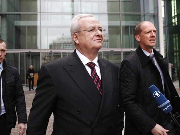 Martin Winterkorn, ex-presidente da Volkswagen, deixa parlamento alemão após prestar depoimento a comissão que investiga o escândalo do diesel (Foto: Odd Andersen/AFP)