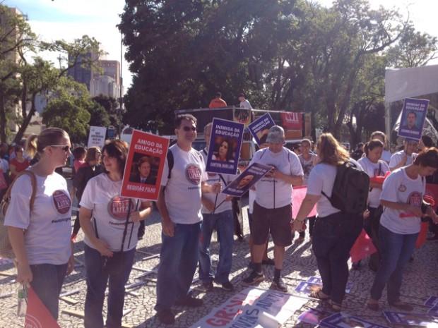 Professores estaduais realizam ato na manhã desta quarta (25) em Curitiba (Foto: Diego Sarza/RPC)