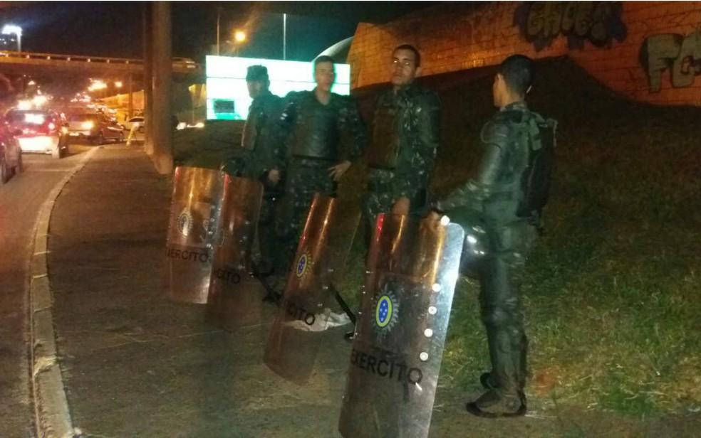 Militares do Exército monitoram via na Esplanada dos Ministérios, em Brasília (Foto: Yasmim Perna/G1)