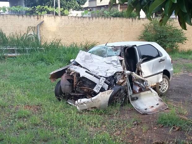 Carro da vítima triste destruído (Foto: Polícia Rodoviária Federal)