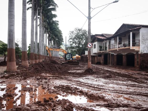 Rua beira-rio de Barra Longa foi invadida pela lama trazida pelo Rio do Carmo. Casas da rua foram preenchidas de barro (Foto: Fábio Tito/G1)
