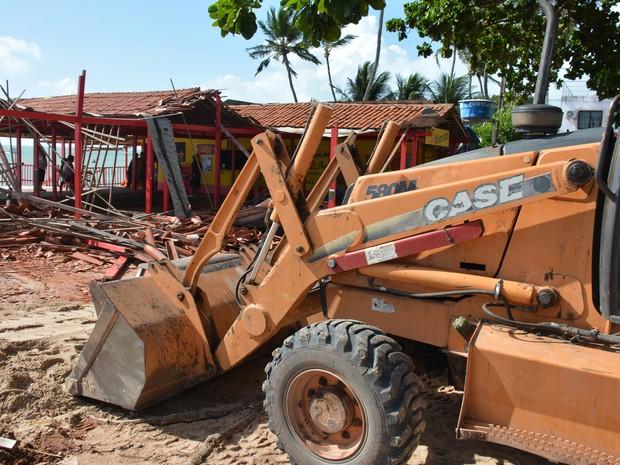 Ao todo, cinco barracas estão sendo derrubadas nesta segunda-feira (18) na praia do Poço, em Cabedelo, por ordem judicial (Foto: Walter Paparazzo/G1)