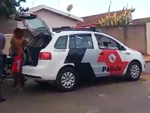 Vídeo mostra que adolescente é colocado na viatura sem ser algemado (Foto: Reprodução/EPTV)