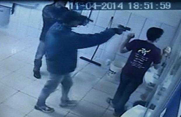 Homem morre em tentativa de assalto a loterica em Luziânia, Goiás (Foto: Reprodução/TV Anhanguera)