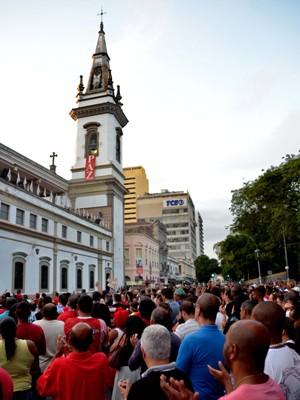 Fiéis acompanham missa de São Jorge, no Campo de Santana, centro do Rio de Janeiro (RJ), na manhã desta quinta-feira (23), durante as celebrações do dia do santo guerreiro. (Foto: Marcello Dias/Futura Press/ Estadão Conteúdo)