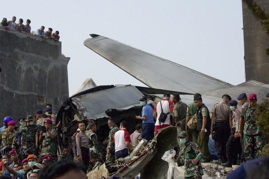 Indonésia: uma grande operação de resgate acontece agora no local do acidente, ainda coberto de destroços (Foto: Ed Wray/Getty Images)