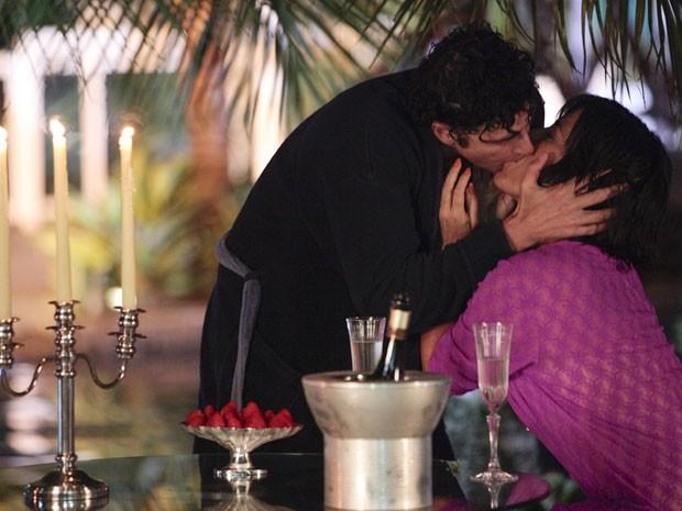 Será que um beijo responde? Roberta quer mesmo um sim, mas se o clima está romântico, melhor deixar assim, não? (Foto: Guerra dos Sexos / TV Globo)
