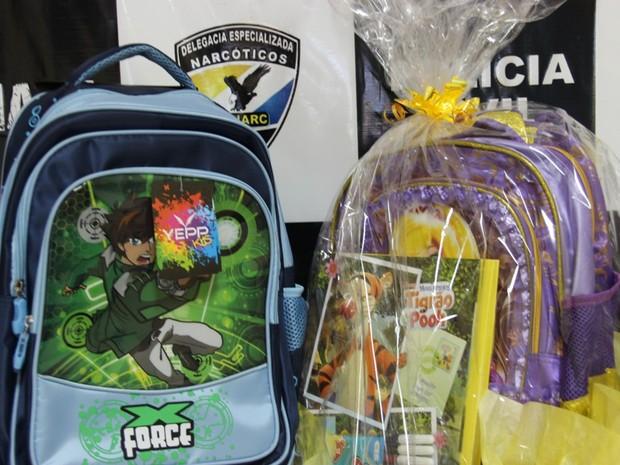 Menina e primo vão ganhar mochilas com material escolar (Foto: Divulgação/SSP-TO)
