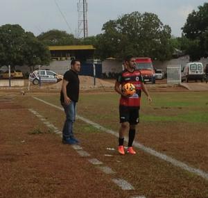 Maurílio orienta os jogadores do Guarany de Sobral duarante a partida (Foto: Vilma Nascimento/GloboEsporte.com)
