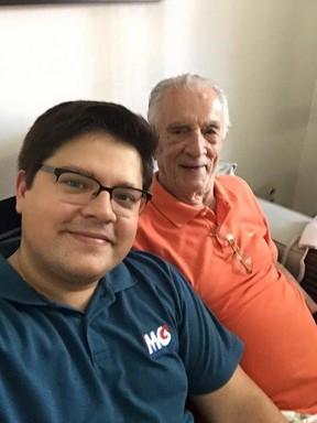 Felipe com o avô, Orlando Drummond (Foto: Arquivo pessoal)