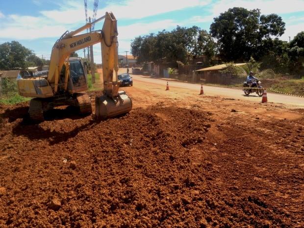 Obra de reparo em buraco na Avenida Farquar, em Porto Velho, paralisou praticamente toda a pista (Foto: Halex Frederic/G1)