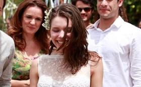 De vestido de renda, Linda se casa singela, graciosa e angelical