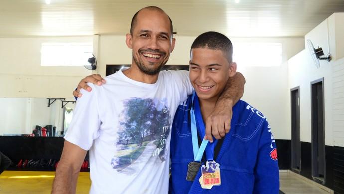 Sensei Russo Pereira com Lucas, em Ariquemes (Foto: Franciele do Vale)