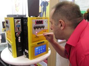 Máquina portátil permite que convidados façam teste do bafômetro durante a festa (Foto: Karina Trevizan/G1)