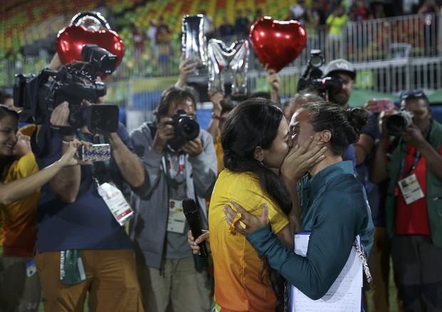 Izzy Cerullo, jogadora brasileira de rugby, e Marjorie Enya, que a pediu em casamento (Foto: REUTERS/Alessandro Bianchi )