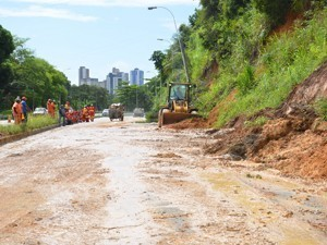 Barreira deslizou durante chuvas na capital (Foto: Walter Paparazzo/G1)