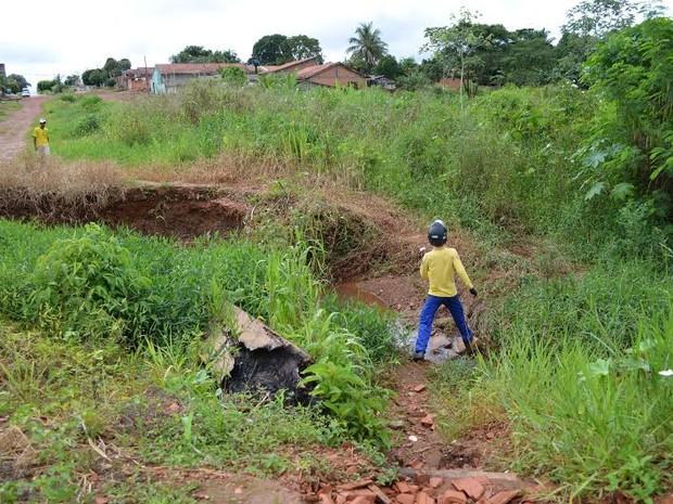 Carteiro se arrisca em travessia por devio para entregar correspondências em Cacoal, RO (Foto: Fernanda Bonilha/G1)