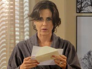 A perua lê o bilhete de Carolina  (Foto: Guerra dos Sexos/TV Globo)