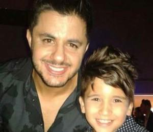 Rogerinho Costa posa ao lado de Cristiano Araújo, sua maior referência. O cantor faleceu em 2015 após um acidente de carro. (Foto: Arquivo Pessoal)