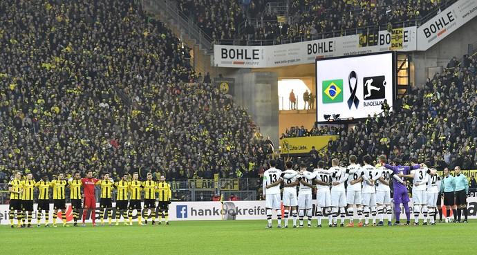 Borussia Dortmund e Borussia Mönchengladbach fazem minuto de silêncio com mensagem no telão em homenagem à Chapecoense (Foto: AP Photo/Martin Meissner)