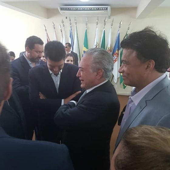 Deputado da tatuagem gruda em Temer em viagem a Belém (Foto: Divulgação/Facebook)