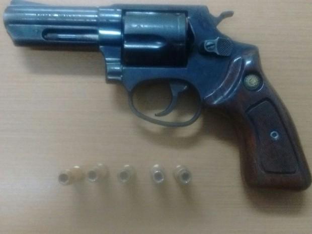 Revólver calibre 38 estava em posse de Renato Costa Sousa no momento da prisão (Foto: Divulgação/Polícia Civil)