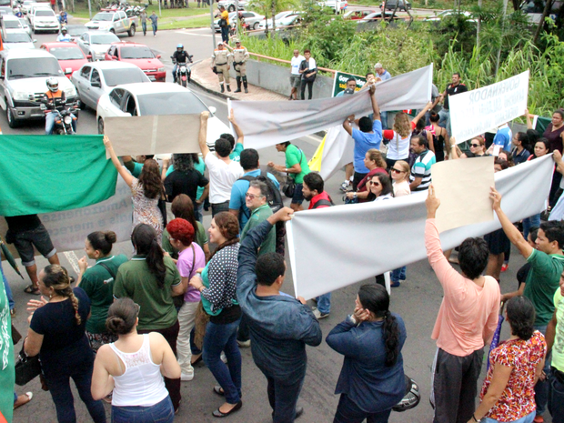 Em vários momentos dos protestos, professores obstruiram passagem de veículos na avenida (Foto: Ive Rylo/G1 AM)
