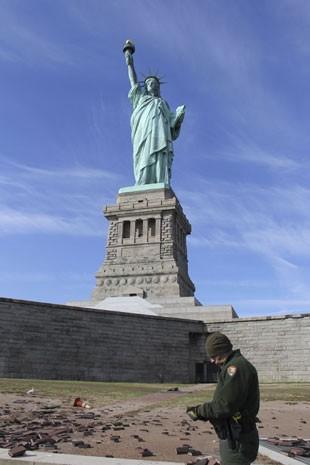 Funcionário observa danos na ilha onde fica a Estátua da Liberdade, em Nova York, após furacão Sandy, em novembro de 2012 (Foto: REUTERS/NPS/Everitt/Handout/Files )