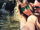 Sandro Pedroso e Jéssica Costa posam coladinhos em cachoeira