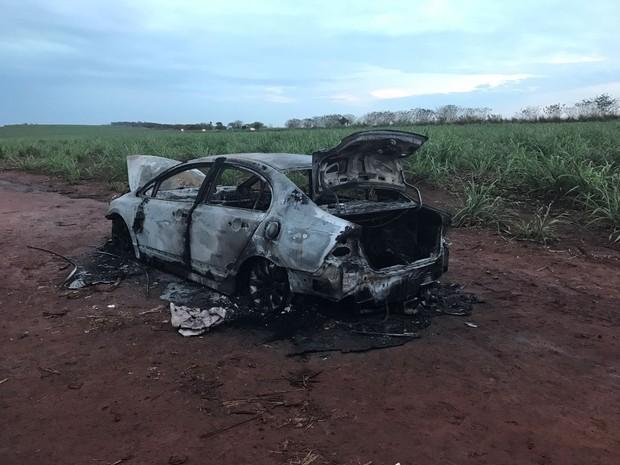 Carro foi incendiado nas proximidades do trevo de acesso à Iesa, em Araraquara (Foto: Noticiário Araraquara)