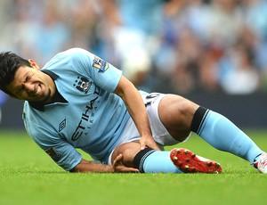 Sergio Aguero lesionado na partida do Manchester City (Foto: Getty Images)