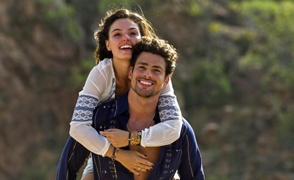 Leandro (Cauã Reymond) e Antônia (Isis Valverde) vivem romance em cena de Amores Roubados (Foto: Estevam Avellar / Globo)