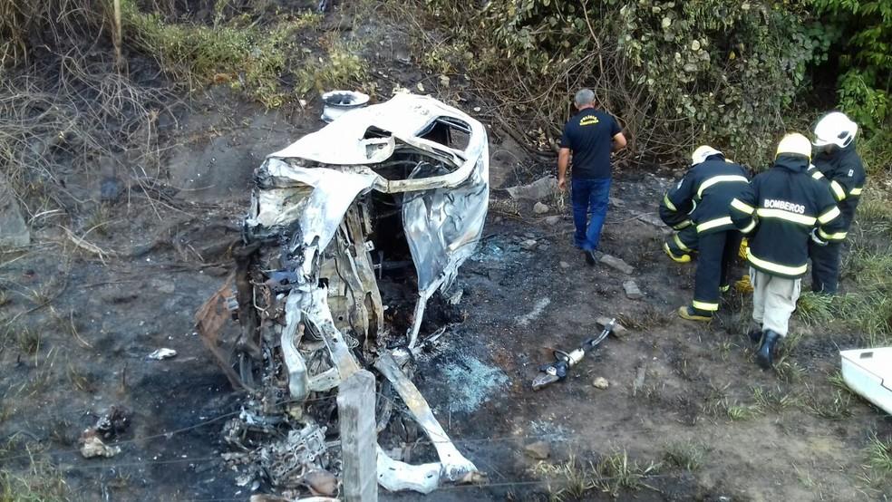 Motorista ficou carbonizado após veículo pegar fogo (Foto: Thiago Vieira/TV Anhanguera)