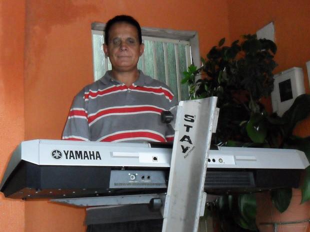 Ariosto Lopes, tecladista e cantor cego que deixou Nordeste aos 4 anos para morar no DF (Foto: Raquel Morais/G1)