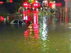 Ruas ficaram interditadas por causa da água acumulada. (Foto: Divulgação/ Farol de Notícias)