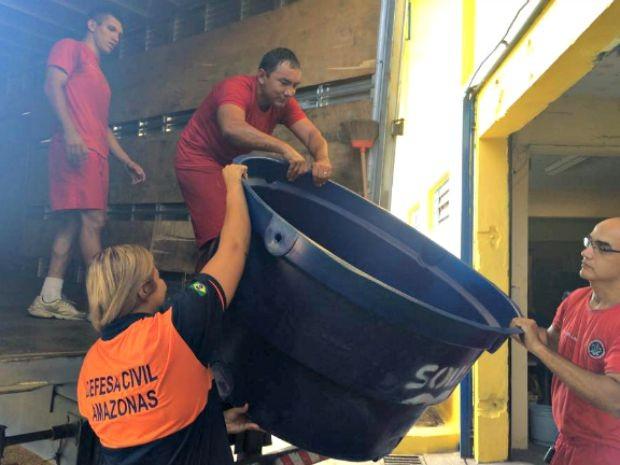Caixas d'água e motores também foram levados para as cidades (Foto: Defesa Civil do Amazonas/Divulgação)