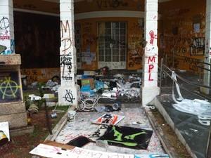 Lixo, restos de tinta e pincéis foram deixados para trás pelos manifestantes (Foto: Fernanda Zauli/G1)