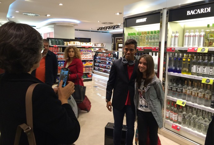 Wendell Lira assediado no aeroporto de Lisboa (Foto: Ivan Raupp)