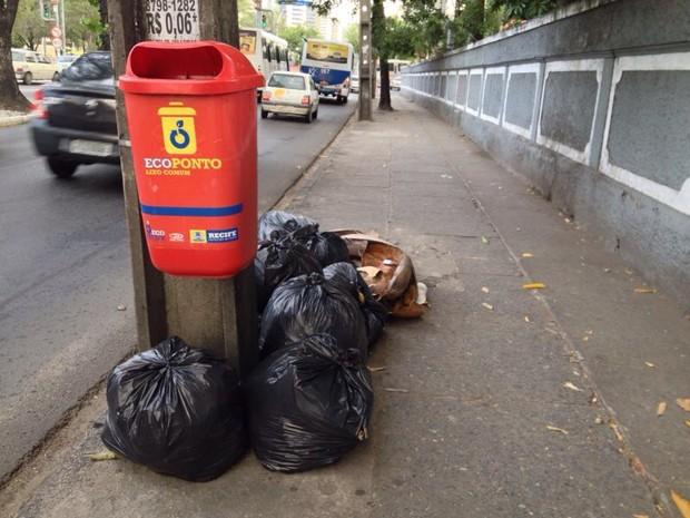 Lixo também não foi recolhido na Avenida Agamenon Magalhães, Centro do Recife (Foto: Kety Marinho/TV Globo)