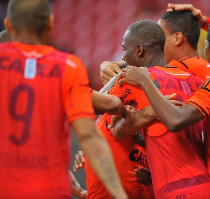 Sport x Santos comemoração de gol Neto Baiano no banco (Foto: Aldo Carneiro/Pernambuco Press)